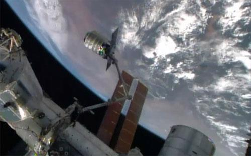 Tàu vũ trụ chở hàng Cygnus đang tiếp tế cho trạm vũ trụ quốc tế (ISS) hồi tháng 7 - Ảnh: NASA/AP.<br>