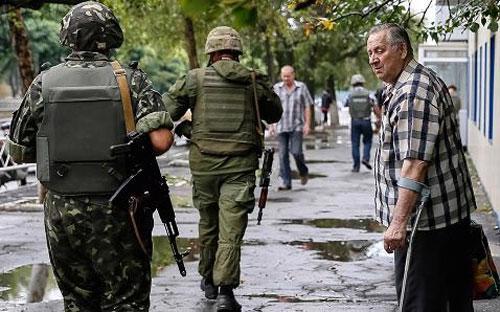 Quân chính phủ Ukraine tại một thị trấn ở miền Đông nước này ngày 28/8 - Ảnh: Reuters.<br>