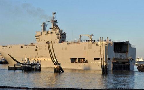 Con tàu chiến mang tên Vladivostok, một trong hai tàu đổ bộ trực thăng  lớp Mistral do Pháp đóng theo hợp đồng với Nga, ban đầu dự kiến được giao hàng  cho Nga vào cuối tháng 10 năm nay - Ảnh: AFP/BBC.<br>