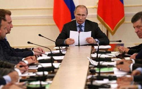 Tổng thống Nga Vladimir Putin chủ trì một cuộc họp chính phủ ngày 30/7 - Ảnh: Getty/CNBC.<br>