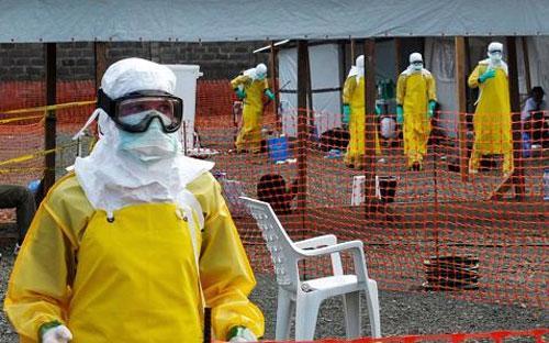 Nhân viên y tế trong một khu vực cách ly bệnh nhân Ebola ở Liberia - Ảnh: Reuters.<br>