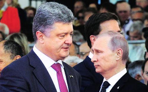 Tổng thống Ukraine Petro Poroshenko (trái) và Tổng thống Nga Vladimir Putin (phải) trong một cuộc gặp.<br>