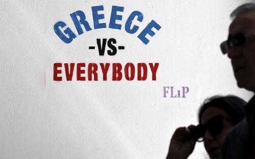 """Một khẩu hiệu được nghệ sỹ đường phố Flip viết trên một bức tường trên đường phố ở Athens, Hy Lạp với nội dung """"Hy Lạp chống lại tất cả"""" - Ảnh: Reuters.<br>"""