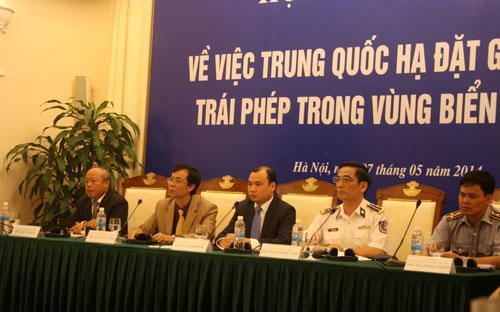Đại diện Bộ Ngoại giao và Bộ Tư lệnh Cảnh sát biển Việt Nam chủ trì buổi họp báo chiều 7/5.<br>