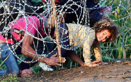 Người di cư kiên quyết không chịu quay lại mà vẫn quyết tâm vượt biên giới để sang được Đức hoặc các nước Trung và Bắc Âu - Ảnh: Aljazerra.<br>