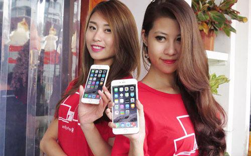 Một lượng lớn khách hàng là nữ giới ở nhiều ngành nghề, từ công chức, văn phòng đến buôn bán lẻ có nhu cầu mua sắm iPhone 6 và iPhone 6 Plus tương đối lớn.<br>
