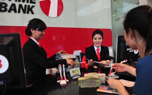 Khách hàng giao dịch tại Maritime Bank.