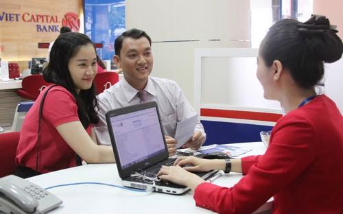 Khách hàng giao dịch tại Viet Capital Bank.<br>