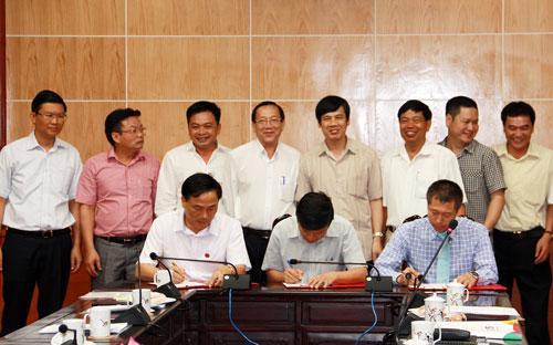 Đại diện lãnh đạo tỉnh Thanh Hoá chứng kiến lễ ký chuyển giao đội bóng Thanh Hoá về tay Tập đoàn FLC.<br>