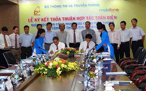 Lễ ký kết hợp tác toàn diện giữa MobiFone và Học viện Công nghệ Bưu chính Viễn thông (PTIT).