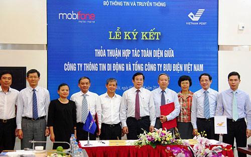 Lễ ký kết hợp tác toàn diện giữa MobiFone và Vietnam Post.<br>
