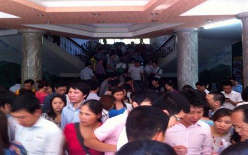 Sàn giao dịch bất động sản Mường Thanh - đơn vị trực tiếp bán căn hộ VP6 Linh Đàm - chật kín người trong ngày đầu mở bán.<br>