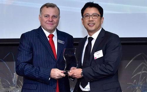 """<span style=""""font-family: 'Times New Roman'; font-size: 14.6666669845581px;"""">Ngày 8/7, tại Singapore, Tạp chí Asian Banking and Finance (ABF) đã trao tặng VPBank giải thưởng """"Ngân hàng dành cho Doanh nghiệp vừa và nhỏ tốt nhất Việt Nam 2015"""".</span>"""