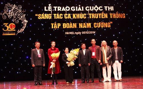 Đại diện ban tổ chức trao giải cho các tác giả đoạt giải.<br>