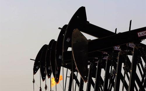 Máy bơm dầu làm việc tại một mỏ dầu ở Bahraiin - Ảnh: AP/WSJ.<br>