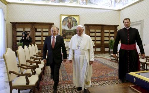 Tổng thống Nga Vladimir Putin (trái) gặp Giáo hoàng Francis tại Vatican ngày 10/6 - Ảnh: Reuters.<br>