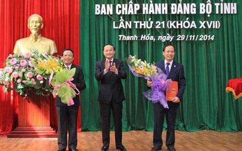 Trưởng ban Tổ chức Trung ương Tô Huy Rứa trao quyết định và chúc mừng hai lãnh đạo Thanh Hoá trên cương vị công tác mới.<br>