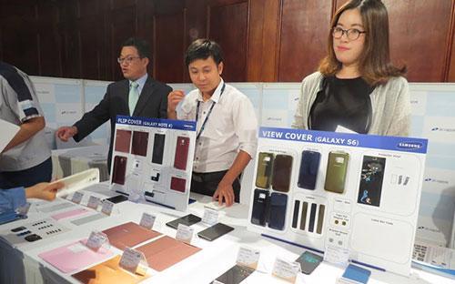 Một doanh nghiệp phụ trợ nước ngoài của Samsung trưng bày, giới thiệu sản phẩm tại triển lãm công nghiệp hỗ trợ của Samsung sáng 15/7/2015.