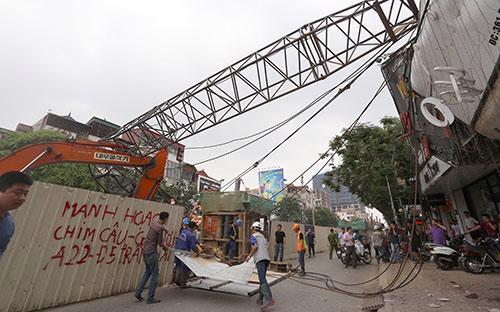 Vụ sập cần cẩu tại tuyến Metro Nhổn - Ga Hà Nội ngày 12/5 khiến hai người đi đường bị thương nhẹ.<br>