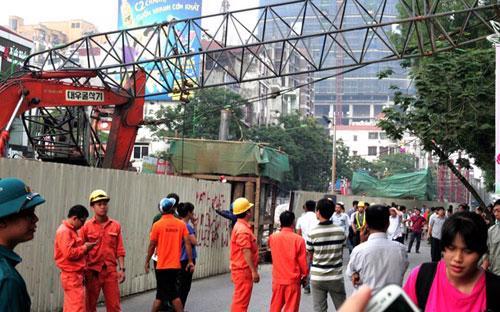 Thời gian qua, liên tiếp các vật liệu, máy móc thi công của tuyến đường sắt trên cao lẫn metro đã đổ xuống đường, khiến người dân Hà Nội bất an khi tham gia giao thông.<br>