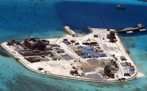 Ảnh do Philippines cung cấp cho thấy hoạt động khai hoang, xây dựng của Trung Quốc trên bãi đá Gạc Ma thuộc quần đảo Trường Sa vào thời điểm ngày 18/2/2015 - Nguồn: EPA.<br>
