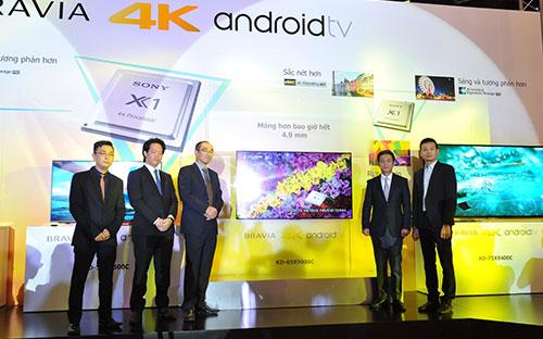 Lãnh đạo Sony Electronics Việt Nam giới thiệu dòng X9000C siêu mỏng, với vị trí mỏng nhất chỉ 4,9 mm.<br>