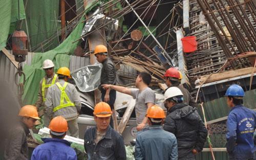 Hiện trường vụ tai nạn tại công trường tuyến đường sắt trên cao Cát Linh - Hà Đông sáng 28/12.<br>