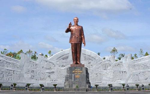Đại diện UBND tỉnh Sơn La cho biết, riêng hạng mục tượng đài Bác Hồ là khoảng 250 tỷ đồng trên tổng mức đầu tư dự kiến 1.400 tỷ cho tất cả các hạng mục của dự án.<br>