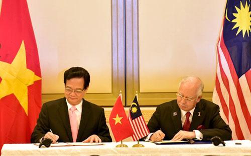 Thủ tướng Nguyễn Tấn Dũng và Thủ tướng Najib Rajak ký tuyên bố về khuôn khổ đối tác chiến lược Việt Nam - Malaysia.
