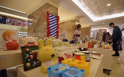 Nhiều mặt hàng tiêu dùng nhỏ có giá vài chục nghìn đồng cũng đã được bày bán ở Tràng Tiền Plaza.<br>