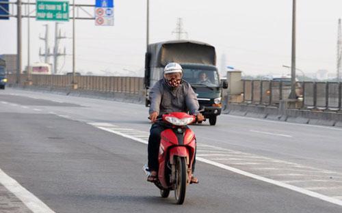 Tình trạng người điểu khiển môtô, xe máy đi vào đường cao tốc tại Hà Nội vẫn diễn ra khá nhiều.<br>