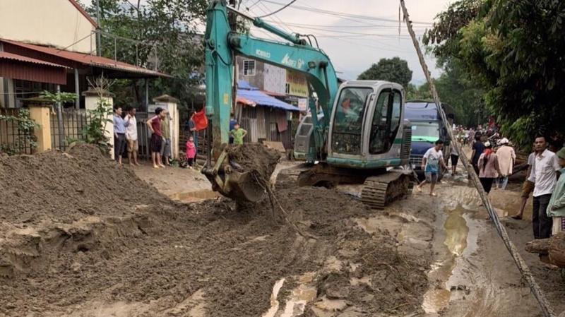 Lực lượng chức năng khắc phục hậu quả mưa lũ tại Văn Bàn, tỉnh Lào Cai - Ảnh: TTXVN