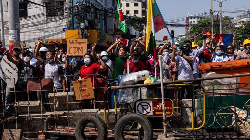 Biểu tình trên đường phố Myanmar - Ảnh: Getty/Bloomberg.
