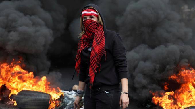 Một người biểu tình trên đường phố ở Beirut, Lebanon - Ảnh: Reuters.