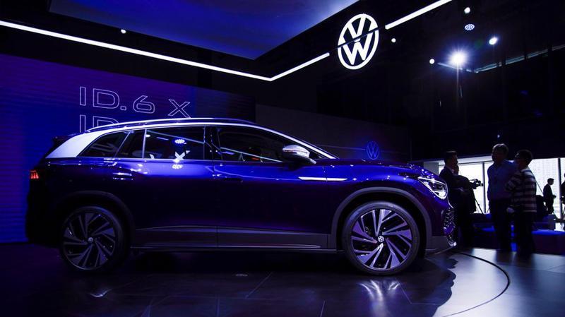 Một mẫu xe điện của Volkswagen trưng bài tại Triển lãm Ô tô Thượng Hải ngày 18/4 - Ảnh: Reuters.