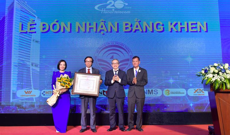 Thứ trưởng Bộ Thông tin và Truyền thông Phan Tâm trao bằng khen cho lãnh đạo Hanoi Telecom tại lễ kỷ niệm 20 năm thành lập của Hanoi Telecom.