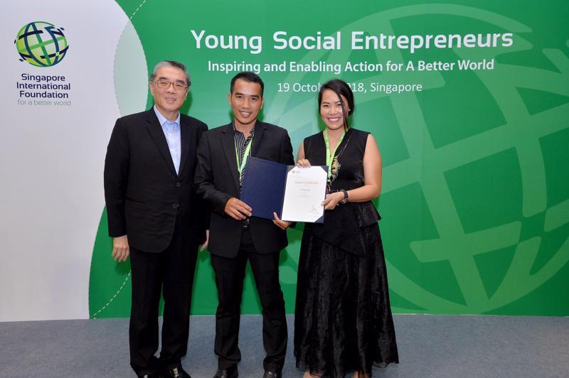 Chủ tịch SIF, ngài Đại sứ Ong Keng Yong trao giải thưởng cho hai nhà đồng sáng lập doanh nghiệp xã hội Cricket One đến từ Việt Nam năm 2018
