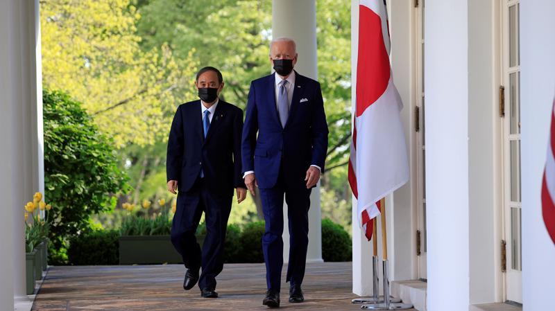 Thủ tướng Nhật Bản Yoshihide Suga (trái) và Tổng thống Mỹ Joe Biden trên đường tới họp báo tại Nhà Trắng sau cuộc gặp thượng đỉnh ngày 16/4 - Ảnh: Kyodo
