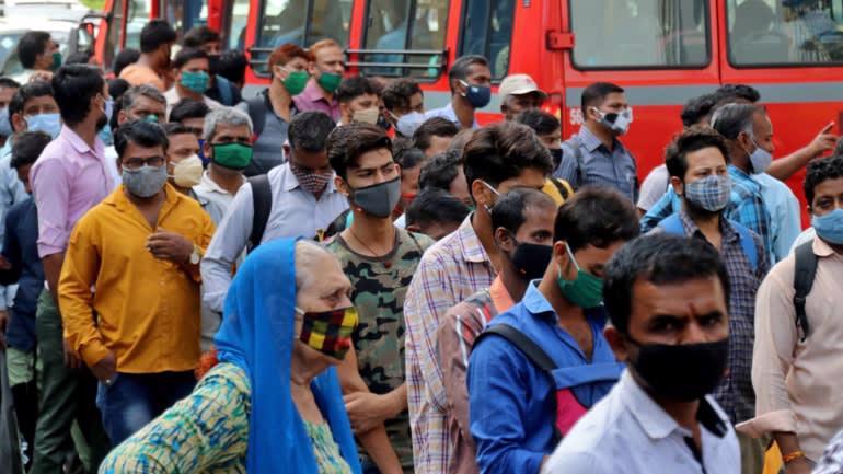 Người dân Ấn Độ xếp hàng đông kín tại một trạm xe buýt ở Mumbai ngày 5/4 - Ảnh: Reuters