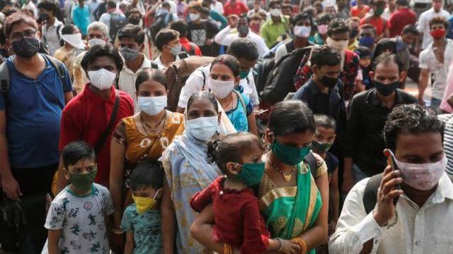 Các chuyên gia y tế cho rằng Ấn Độ đã mất cảnh giác khi đại dịch có vẻ được kiểm soát trong mùa đông năm nay - Ảnh: Reuters