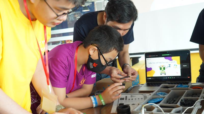 Học sinh được tiếp cận với nền tảng robot dành cho giáo dục tiên tiến nhất trên thế giới