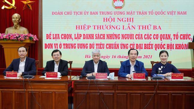 Chủ tịch Uỷ ban Trung ương Mặt trận Tổ quốc Việt Nam Đỗ Văn Chiến (giữa) cùng các vị trong Ban Thường trực chủ trì hội nghị. Ảnh - Quang Vinh.