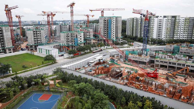 Một khu nhà ở xã hội đang được xây dựng tại Singapore - Ảnh: Reuters