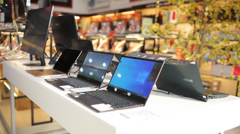 Nhiều sản phẩm laptop được bày bán tại FPT Shop.