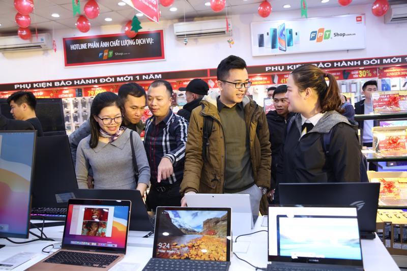 Khách hàng tham quan trải nghiệm mua sắm laptop tại FPT Shop.