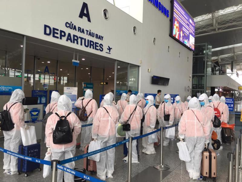Lao động Việt Nam đi làm việc ở nước ngoài phải áp dụng các biện pháp phòng dịch. Ảnh - Nguyễn Phương.