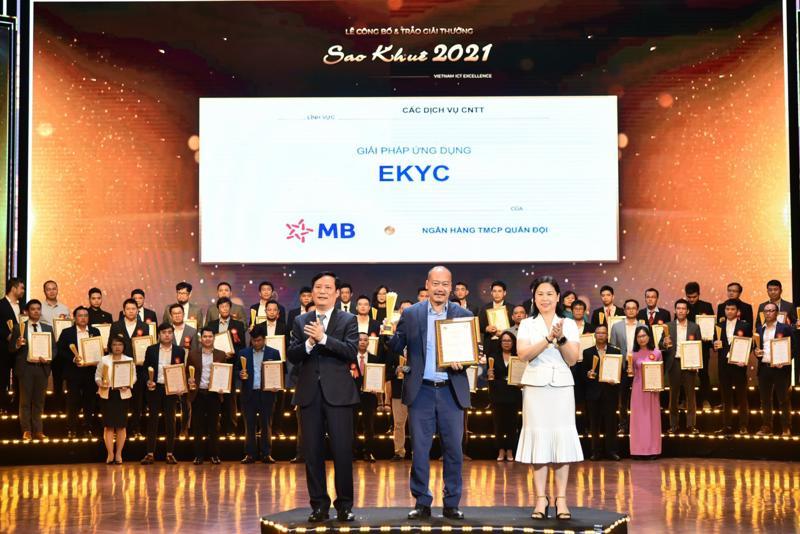 Ông Nguyễn Đức Huy - Phó giám đốc Khối Ngân hàng số MB đại diện nhận giải thưởng.