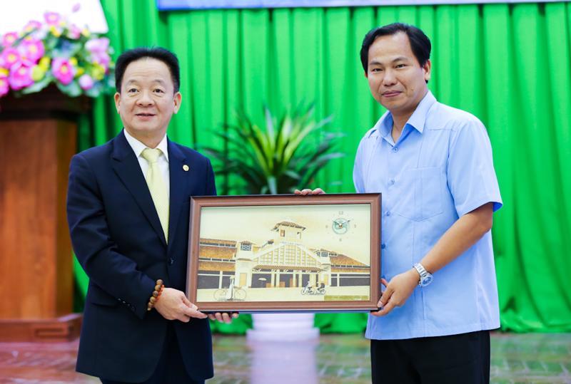 Ông Lê Quang Mạnh, Ủy viên Ban chấp hành Trung ương Đảng, Bí thư Thành ủy Cần Thơ tặng quà lưu niệm cho ông Đỗ Quang Hiển, Chủ tịch Tập đoàn T&T Group nhân dịp 2 bên ký thỏa thuận hợp tác chiến lược.