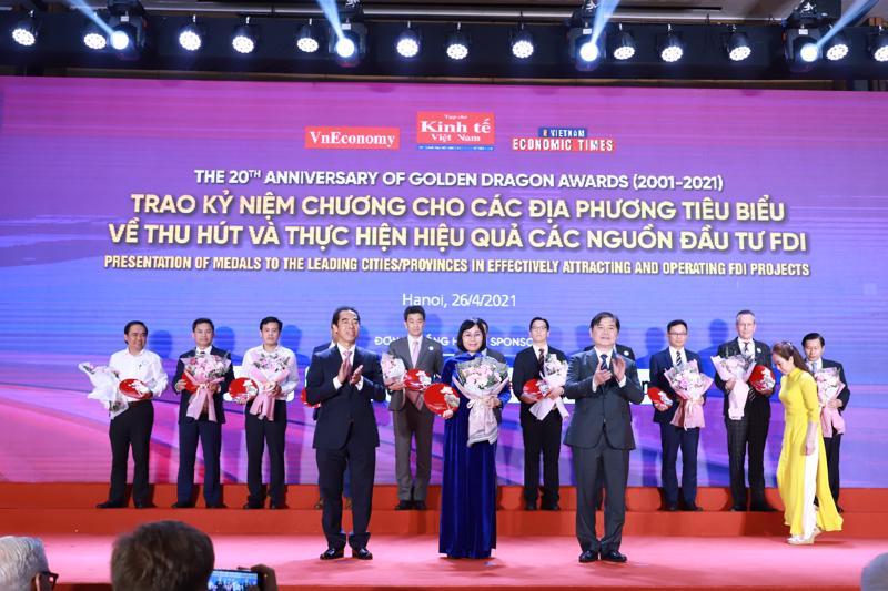 Ông Phan Xuân Dũng (hàng đầu bên phải) Chủ tịch Liên hiệp các Hội khoa học Kỹ thuật Việt Nam phát biểu tại Lễ trao giải.