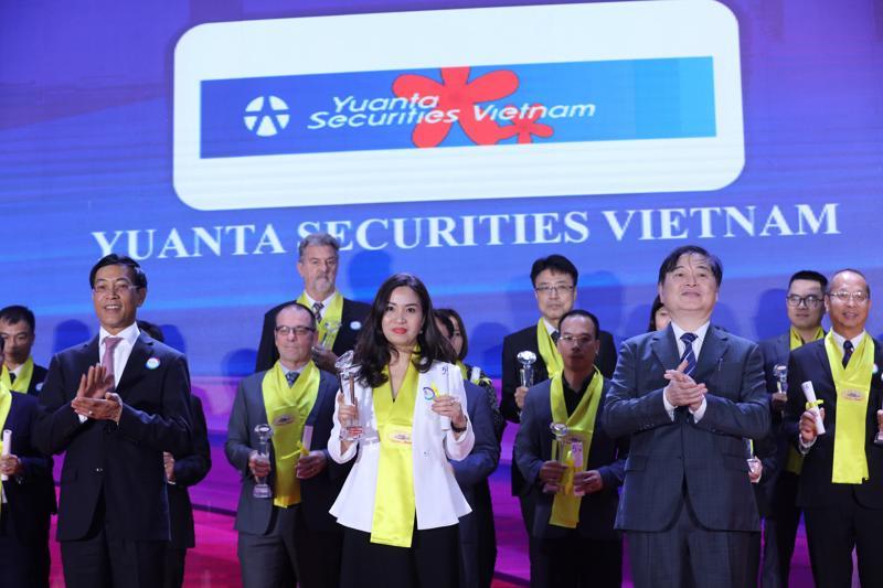 Bà Lê Thị Quyên, Phó Tổng Giám đốc YSVN nhận cúp vinh danh TOP 50 Doanh nghiệp FDI tiêu biểu 2020